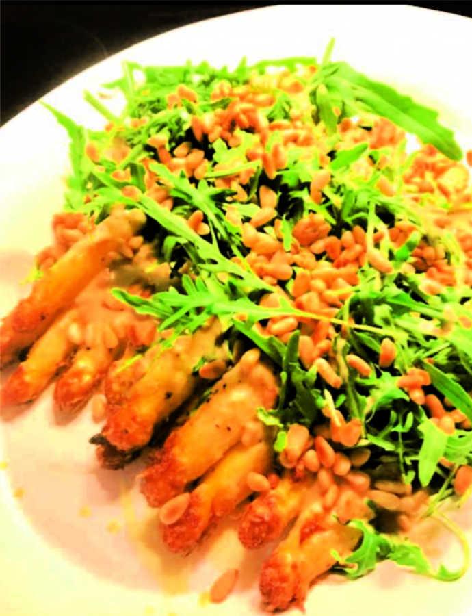 Gerösteter Spargel mit Ruccola, Pinienkernen und Tahin-Sauce