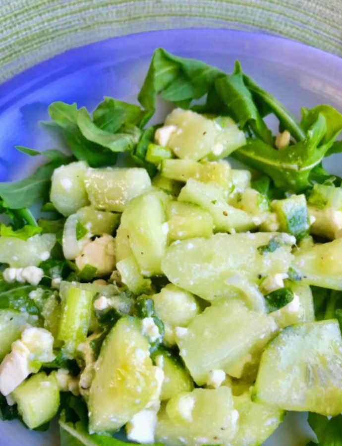 Melonen-Gurken-Salat mit Hirtenkäse, Minze und Basilikum
