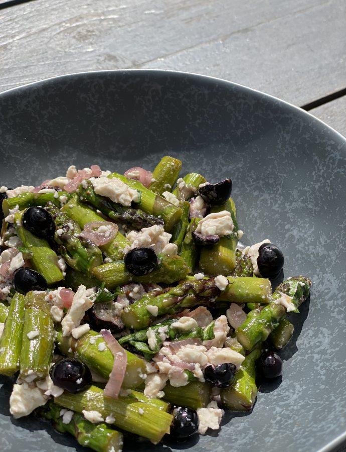 Salat vom grünen Spargel, Blaubeeren, Feta